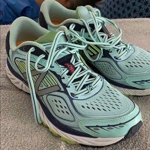 New Balance 860 tennis shoe